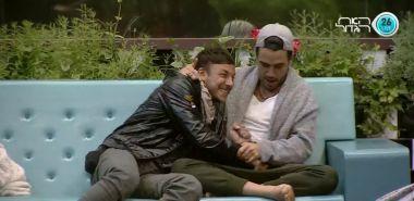 הלם תום מבצע אקט מיני עם היד של ג'וזי ומסווה את זה בצחוק