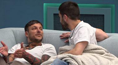 ג'וזי מספר ליהודה בדיחה אחרי שהוא שעה מנסה להיזכרבה ,וזה כל כך גרוע שזה קורע מצחוק